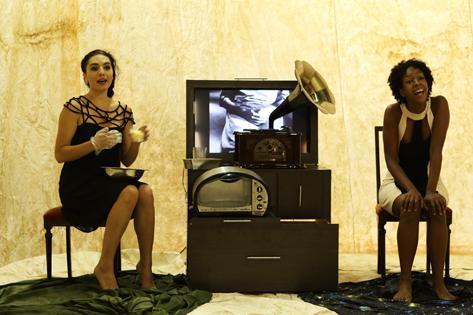 Sao Paulo, SP, Brasil. Data 08-02-2016. Espetaculo O Defunto. Atrizes Talitha Pereira (vestido Preto/esq) e Tetembua Dandara (dir). Oficina Cultural Oswald de Andrade. Foto Lenise Pinheiro/Folhapress
