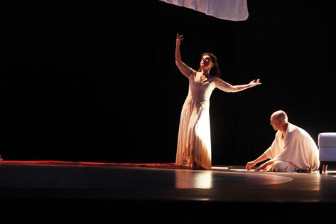 Sao Paulo, SP, Brasil. Data 17-05-2016. Espetaculo Isadora. Atores Patrícia Gasppar (esq) e  Roberto Alencar.Teatro do Masp Foto Lenise Pinheiro/Folhapress