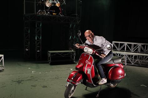 Sao Paulo, SP, Brasil. Data 20-02-2016. Espetaculo Estupido Cupido. Diretor Gilberto Gawronski (na lambreta). Teatro Gazeta. Foto Lenise Pinheiro/Folhapress