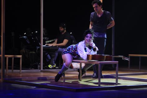 Sao Paulo, SP, Brasil. Data 07-12-2016. Espetaculo Rent. Atores Ingrid Gaigher (esq) e Thiago Machado. Teatro Shopping Frei Caneca. Foto Lenise Pinheiro/Folhapress.