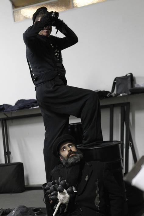 Sao Paulo, SP, Brasil. Data 30-05-2016. Fim de Partida. Atores Rubens Caribe(em pé) e Eric Lenate (de barba/sentado). Sesc Pinheiros - Auditorio. Foto Lenise Pinheiro/Folhapress