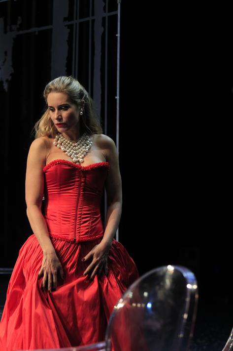 Sao Paulo, SP, Brasil. Data 13-11-2016. Espetaculo O Misantropo. Atriz Paula Burlamaqui (vestido vermelho). Teatro Alianca Francesa. Foto Lenise Pinheiro/Folhapress.