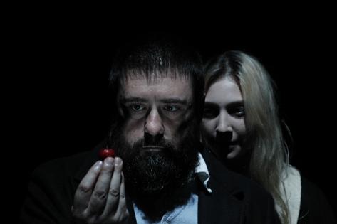 Sao Paulo, SP, Brasil. Data 14-03-2016. Espetaculo As Cerejas . Atores Alexandre Leal (esq) e Steffi Braucks. Teatro Club Noir. Foto Lenise Pinheiro/Folhapress