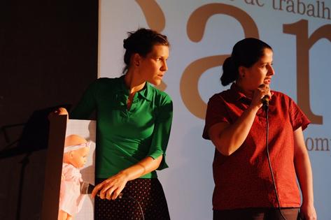 Sao Paulo, SP, Brasil. Data 23-02-2016. Espetaculo Carne. Atrizes Fernanda Azevedo (esq/blusa verde) e Monica Rodrigues (dir/blusa vermelha). Teatro Sesc Belenzinho. Foto Lenise Pinheiro/Folhapress